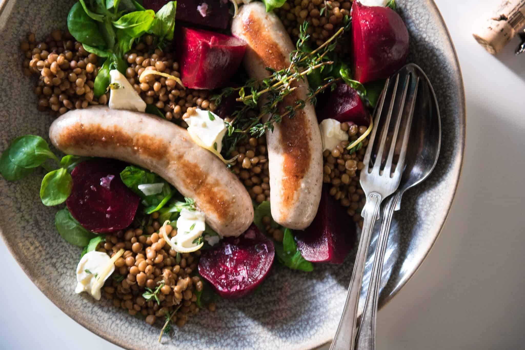 Recept på rostade rödbetor med fetaostkräm och korv