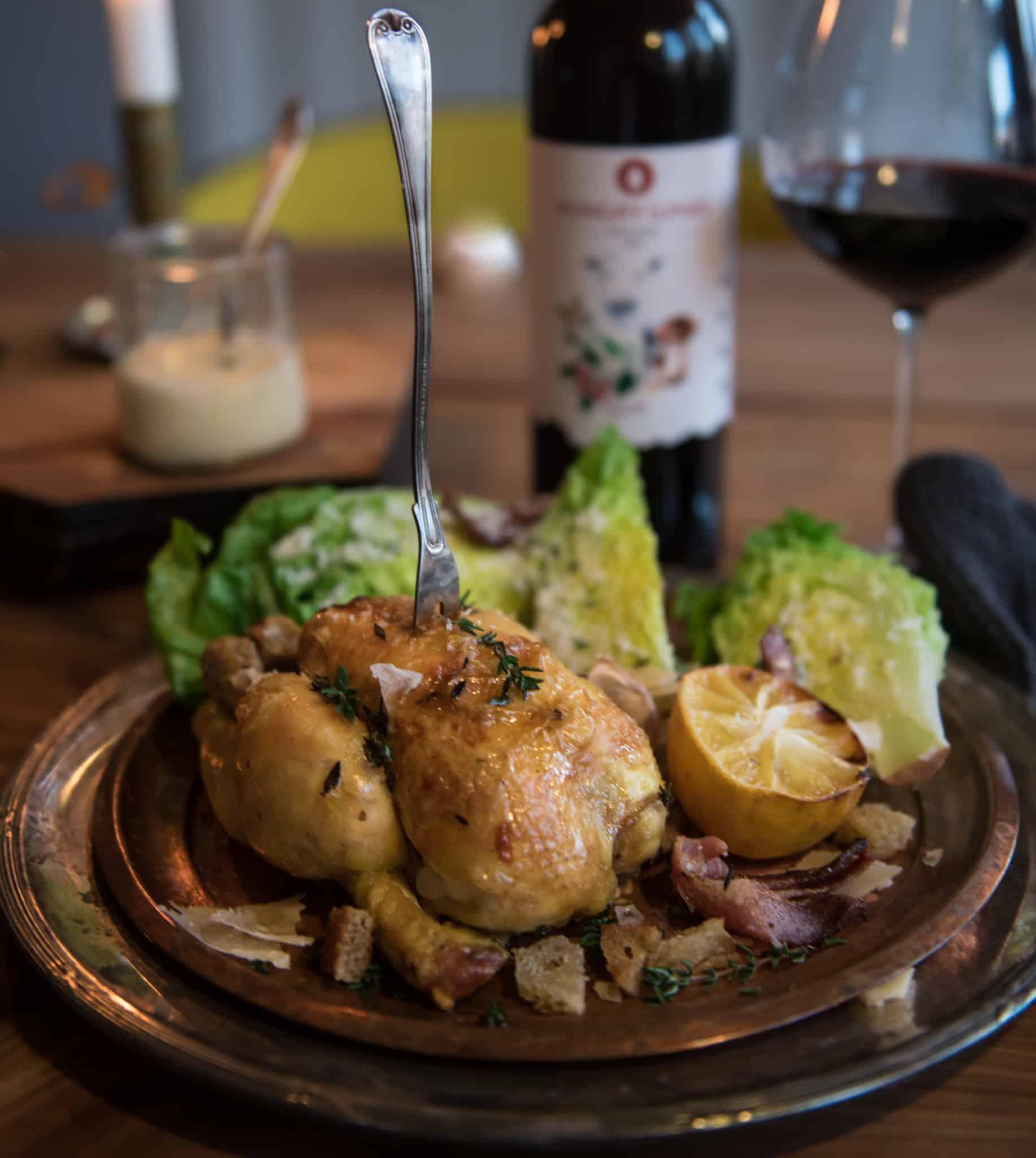 Rustik caesarsallad med kyckling, bacon eller pancetta, pocherat ägg och romansallad