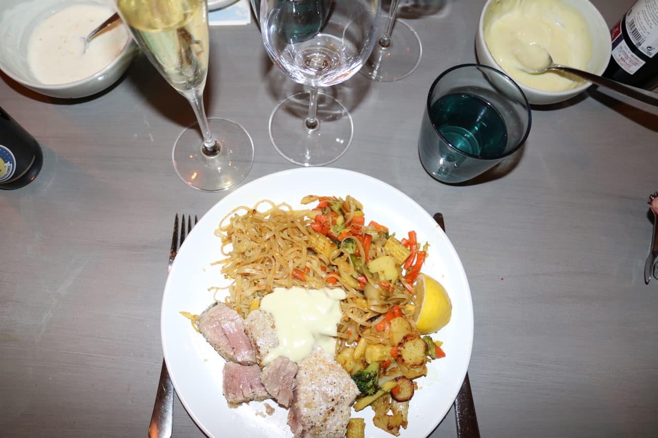 Lovisas sous-vide sesam-tonfisk med nudelwok. Serverades med det lagrade vita vinet Furmint 2009 som med sin runda fruktsyra gifte sig med maten!